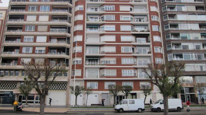 Un bloque de pisos en Santander. Fotografía de abril de 2016.