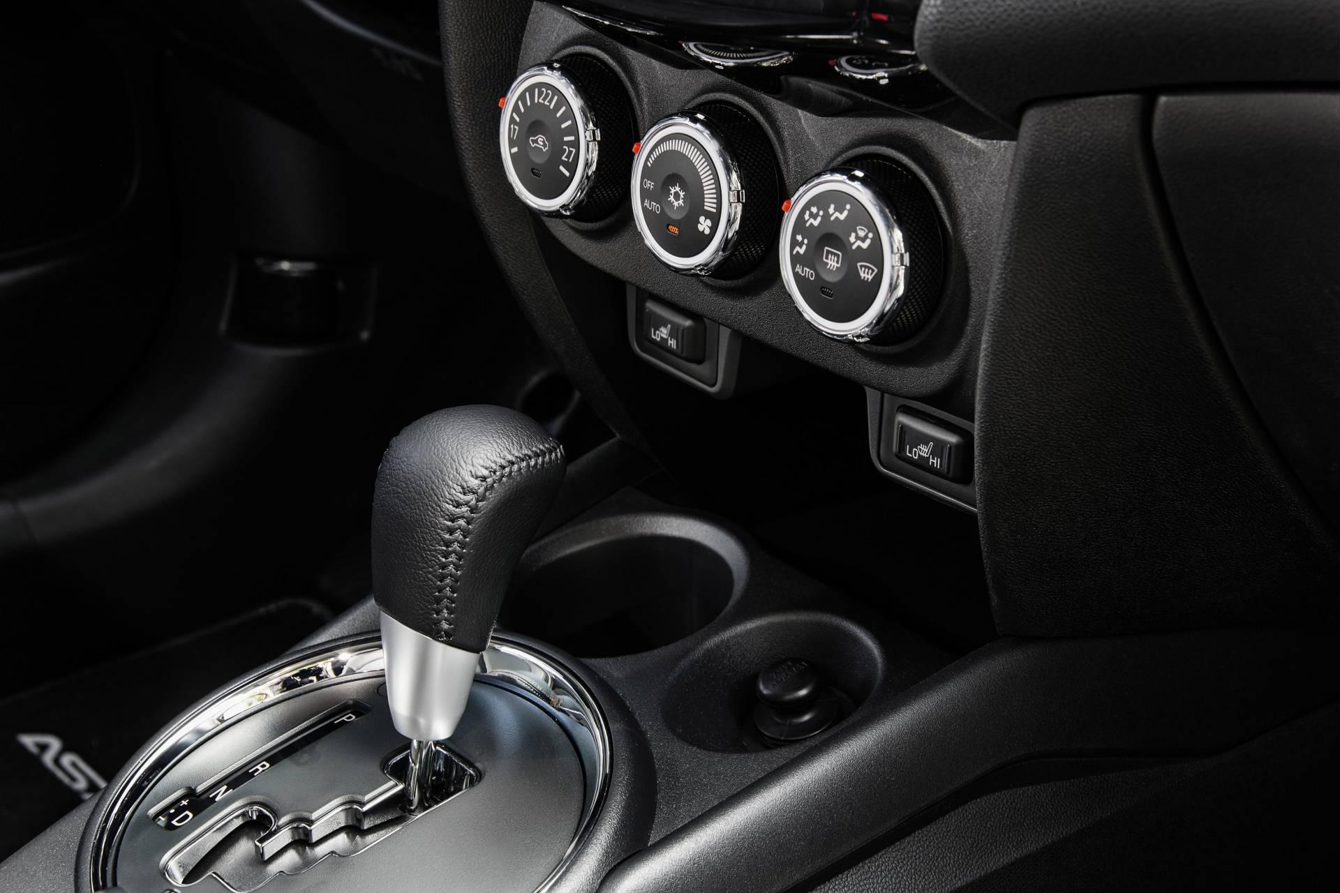 Únicamente el modelo diésel 220 DI-D (150 CV) puede montar un cambio automático de 6 relaciones. Incluye un programa Sport y puede utilizarse de manera manual-secuencial a través de la propia palanca o mediante levas en la columna de la dirección.