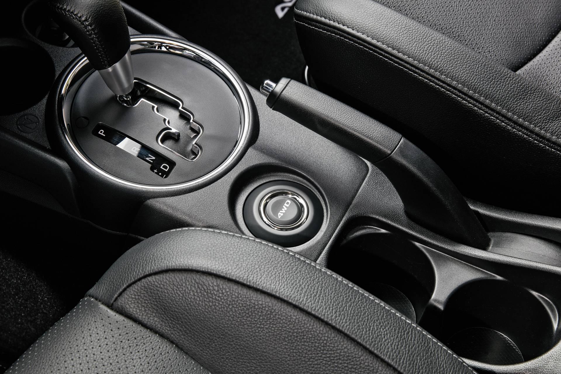 Mediante un botón (4WD), situado detrás de la palanca de cambio, se puede seleccionar cualquiera de los tres modos de funcionamiento del sistema de tracción integral All Wheel Control: 2WD, 4WD y 4WD Look.