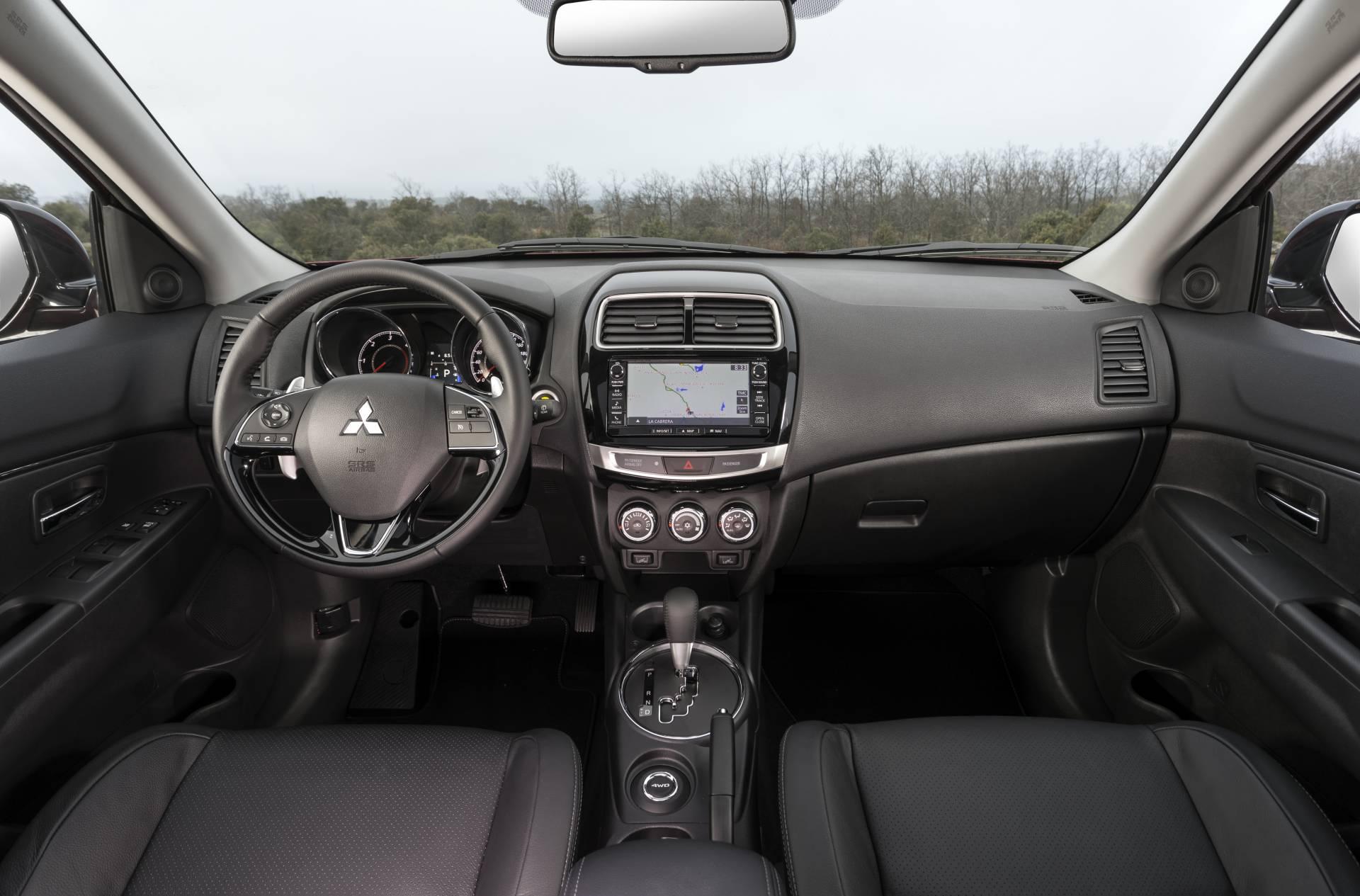 Todos los mandos se encuentran al alcance de la mano y resultan de fácil localización. Tras el volante se encuentran las levas para utilizar el cambio automático en modo manual-secuencial.