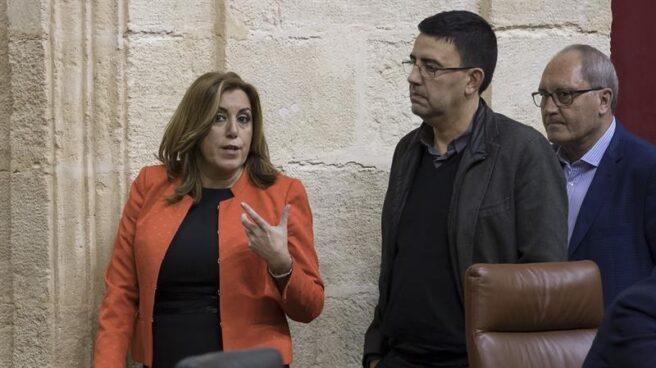 Susana Díaz con Mario Jiménez y su secretario de Organización, Juan Cornejo, en el Parlamento andaluz.