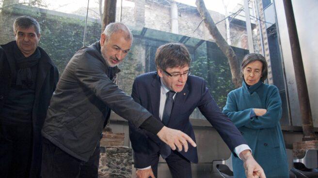 El president Carles Puigdemont junto a los ganadores del Premio Pritzker.