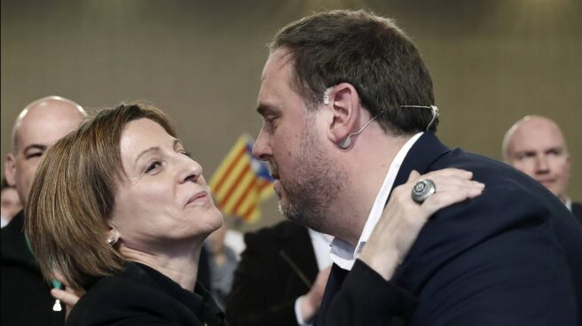 El ex vicepresidente Oriol Junqueras saluda a la presidenta del 'Parlament', Carme Forcadell.