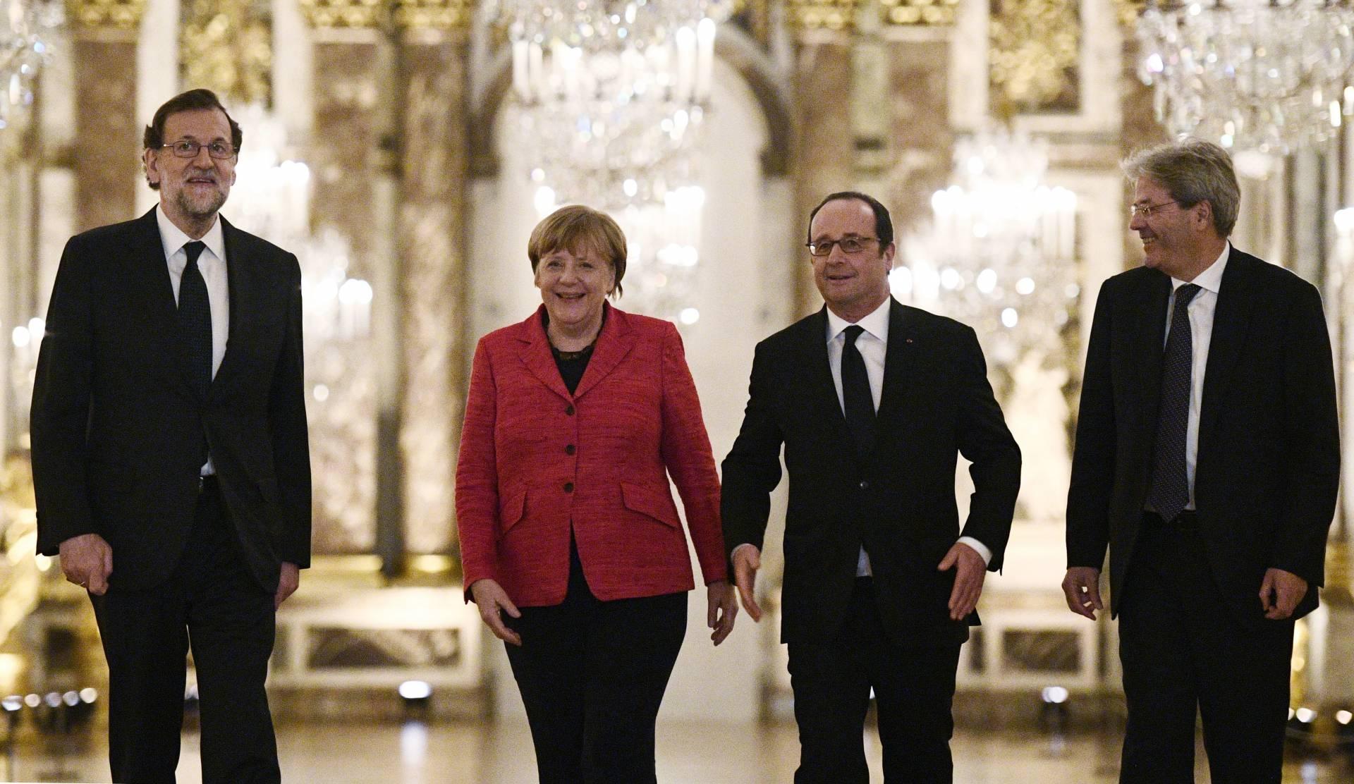 Rajoy, Merkel, Hollande y Gentiloni, este lunes en Versalles.