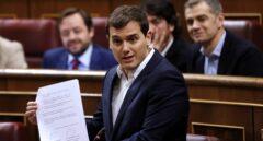 El líder de Ciudadanos, Albert Rivera, muestra a Rajoy las seis medidas anticorrupción firmadas por ambos grupos.