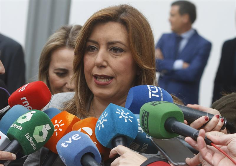 Susana Díaz atiende a los periodistas durante una visita a Huelva.
