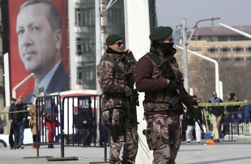 Unos soldados vigilan el centro de Estambul, empapelada con carteles electorales del presidente Erdogan.
