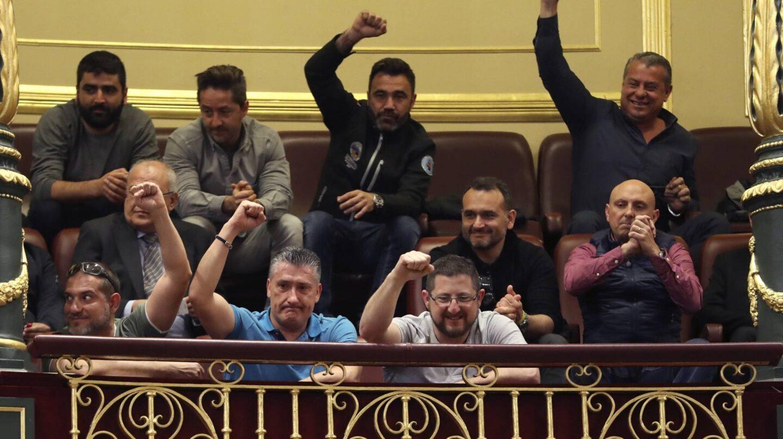 Una representación de los estibadores acudió al Congreso para asistir al Pleno donde se debate su futuro.