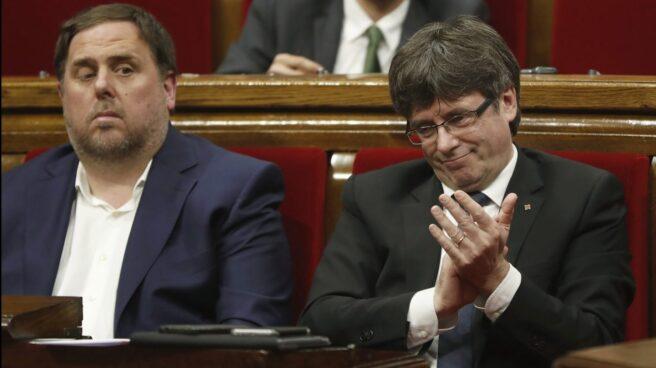 Oriol Junqueras y Carles Puigdemont, en el Parlament de Cataluña.