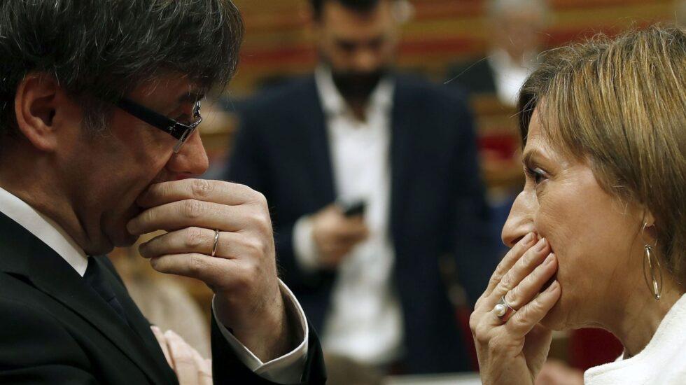 Carles Puigdemont y Carme Forcadell, en el Parlament.