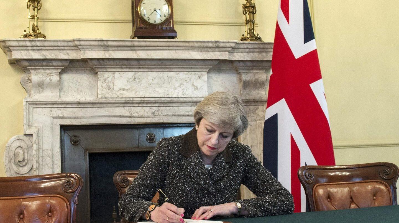La primera ministra británica, Theresa May, firma el documento en el que se activa el Brexit.