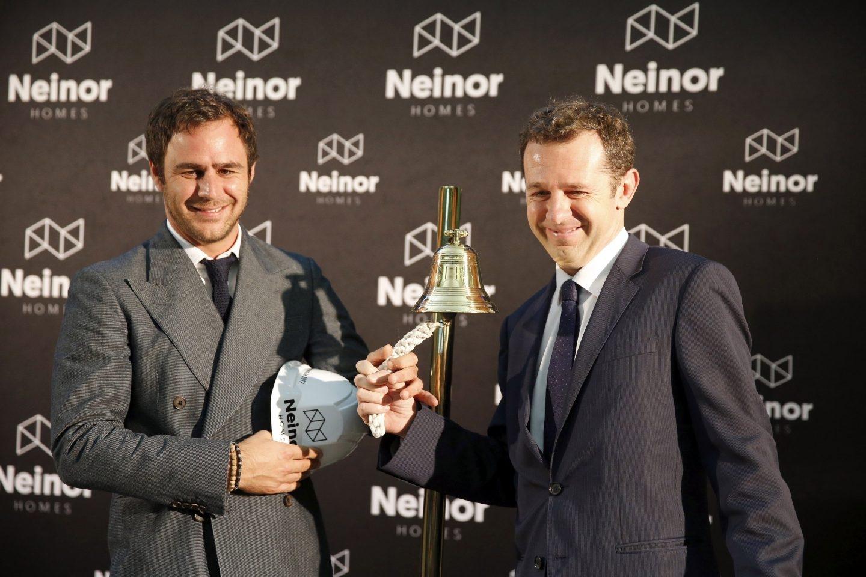 Juan Pepa (izq.), responsable de Lone Star en España, y Juan Velayos (dcha), consejero delegado de Neinor Homes, durante la salida a bolsa de Neinor en Bilbao.