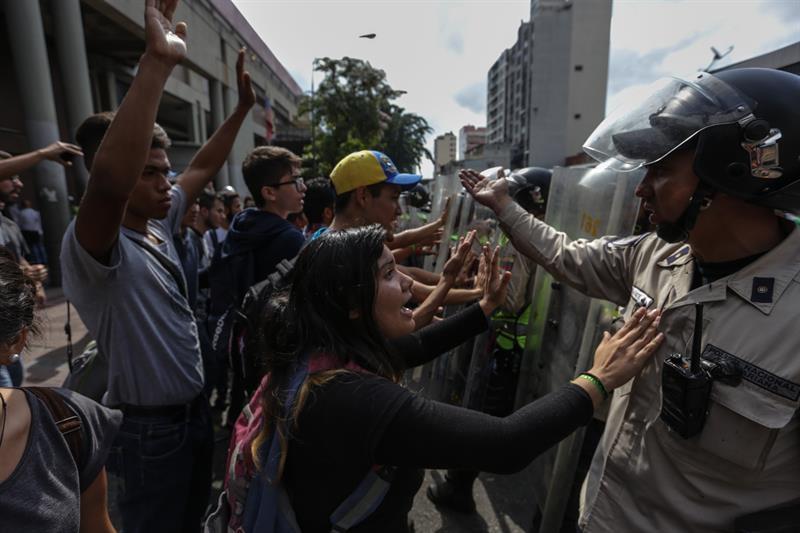 Unos estudiantes protestan contra la decisión del Supremo contra la Asamblea Nacional de Venezuela, en Caracas.
