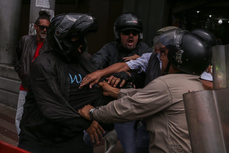 Manifestantes en Caracas contra la decisión del Tribunal Supremo de asumir las competencias del Parlamento.