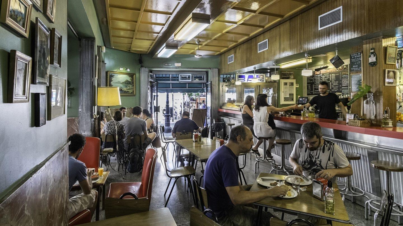 Sus nuevos propietarios han conservado la estética de este bareto de los años cincuenta para deleite del gafapastismo cervecero. Foto: Javier Sánchez