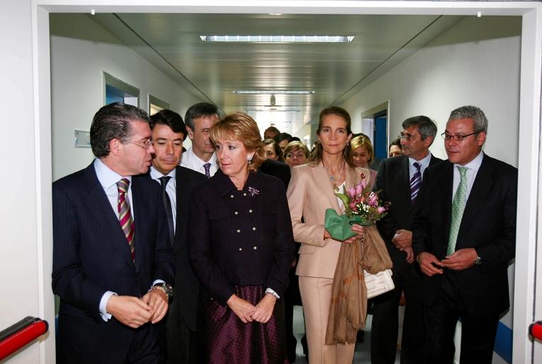 Aguirre, con la Infanta Elena y los consejeros González y Granados, entre otros, en la inauguración del Hospital de Valdemoro.