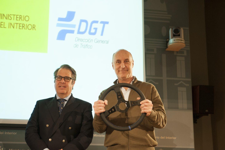 Gregorio Serrano, con un integrante de Tricicle en la reciente presentación de una campaña de la DGT.