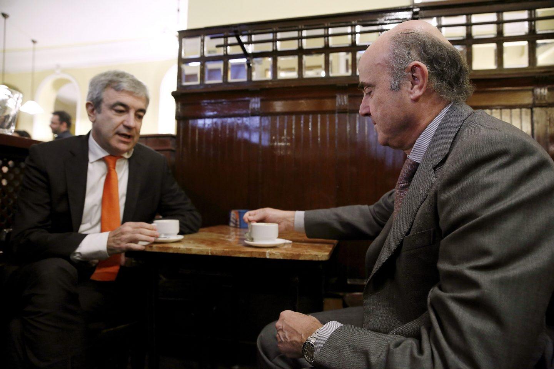 Luis Garicano y Luis de Guindos, en una cafetería junto al Congreso.