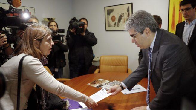Francesc Homs, este martes, junto a la secretaria judicial que le ha entregado su condena.