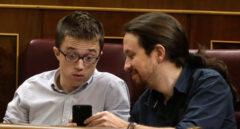 Pablo Iglesias e Íñigo Errejón, mirando un teléfono móvil.