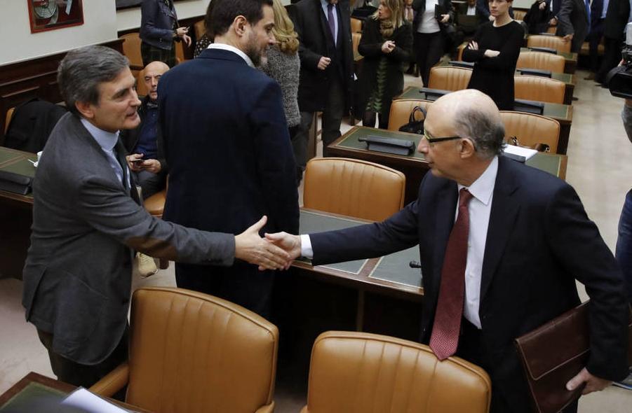 El ministro de Hacienda, Cristóbal Montoro, y el portavoz económico del PSOE, Pedro Saura.