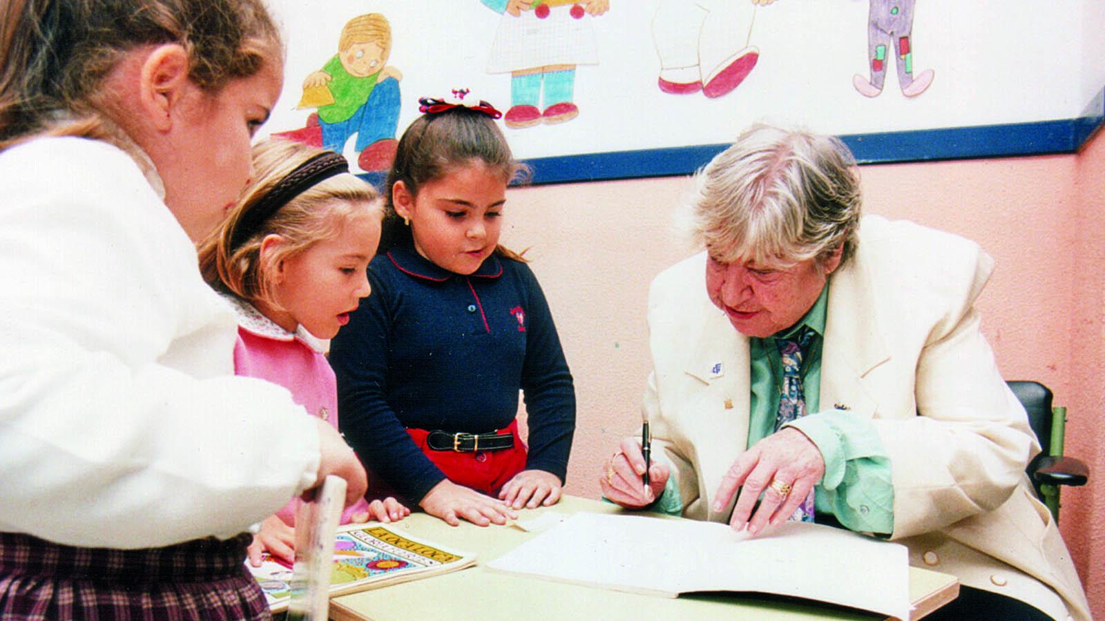 Gloria Fuertes firma autógrafos a los niños