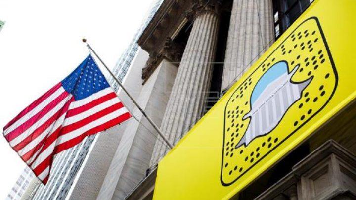 El logo de Snapchat, en la facha de la bolsa de Nueva York en Wall Street.