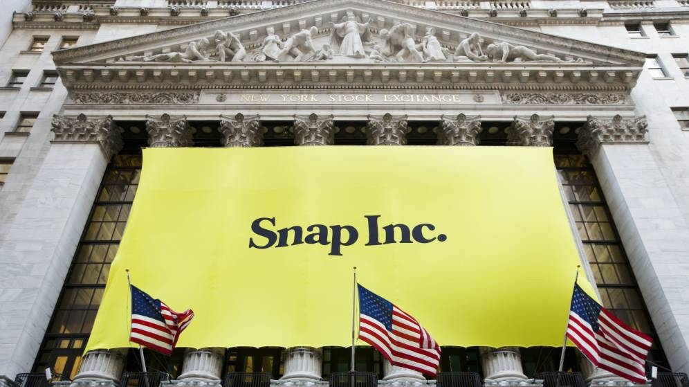 La fachada de Wall Street, vestida con los colores de Snapchat el día de la salida a bolsa.
