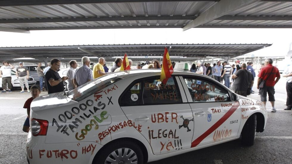 Un taxi durante una protesta contra Uber en Madrid.
