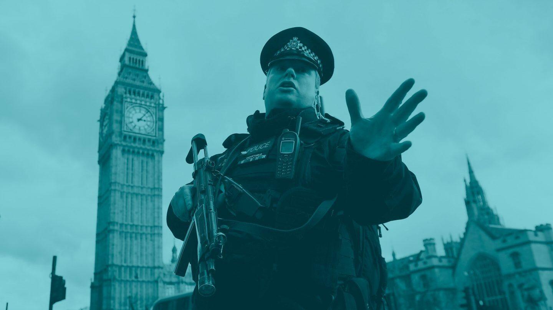 Un policía impide el paso al Parlamento británico tras el atentado que ha sacudido Londres.