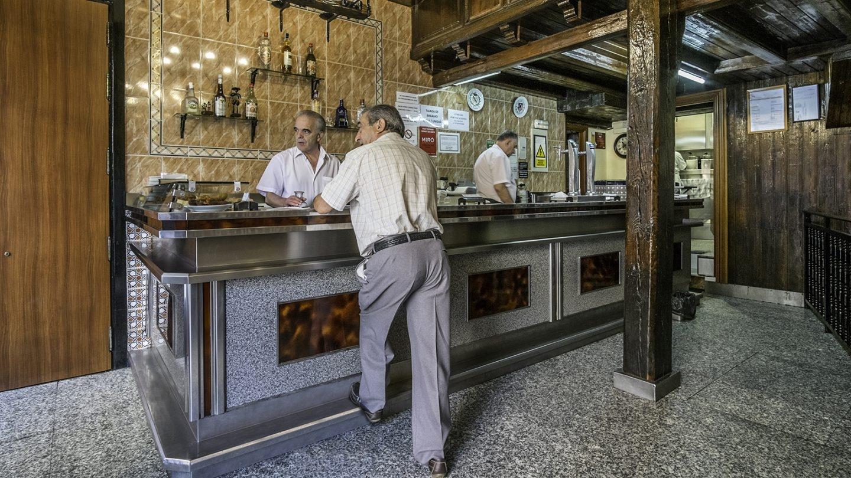 El bacalao rebozado de este bar es su carta de presentanción. Autenticidad y cerveza bien tirada. Foto: Javier Sánchez
