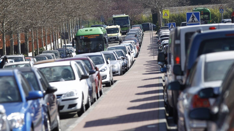 Una multitud de coches estacionados.