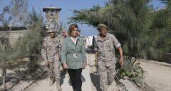 La ministra de Defensa, María Dolores de Cospedal, junto a militares españoles en Somalia.