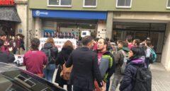 David Fernández y Anna Gabriel, en la puerta de la sede del PP catalán este lunes.
