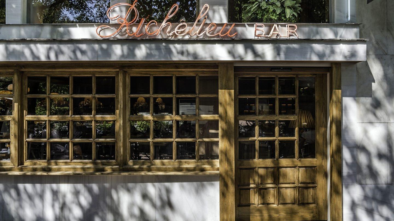 Sara Montiel no faltaba a su cita con el aperitivo de este bar de inspiración británica que es punto de encuentro de la élite taurina. Foto: Javier Sánchez