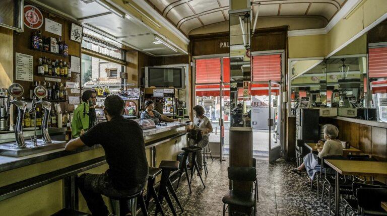 Un señor de Palencia lo abrió en 1942 y ahí está. El Bar de Alex de la Iglesia que ya nombrara en sus canciones Sinietro Total tiene sitio para todos. Esperanza Aguirre que no vive lejos se ha tomado sus buenos vermús. Foto: Javier Sánchez