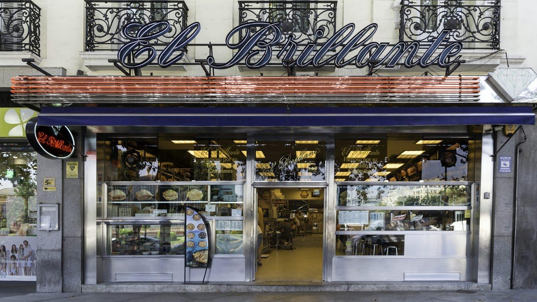 Bocadillo de calamares es sinónimo de El Brillante, un bar que habita en espacio físico temporal propio para los crápulas que alargaban la noche esperando sus churros de primera hora de la mañana. Foto: Javier Sánchez
