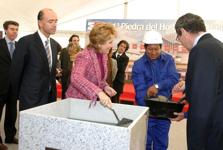 Manuel Lamela y Esperanza Aguirre, en la puesta de la primera piedra del hospital del Vallecas.
