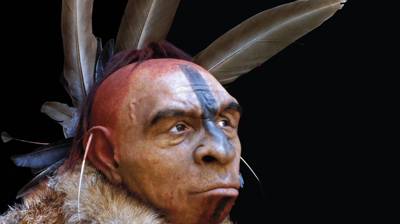 Neandertal adornado con plumas en el Museo de la Evolución Humana