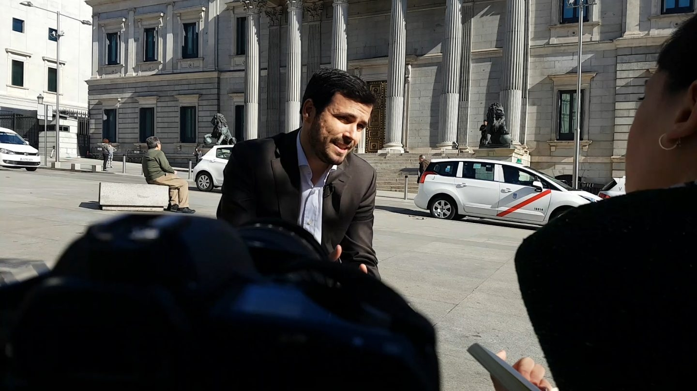 El coordinador federal de IU, Alberto Garzón, a las puertas del Congreso.