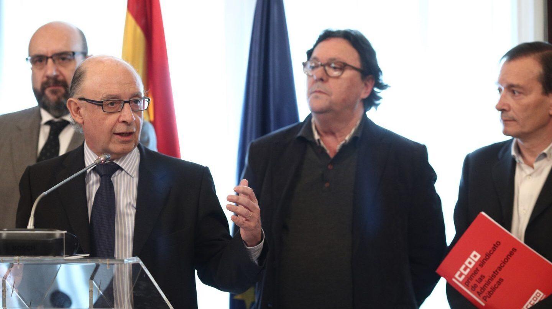 El ministro de Hacienda, Cristóbal Montoro, junto a los representantes de los sindicatos de la función pública.