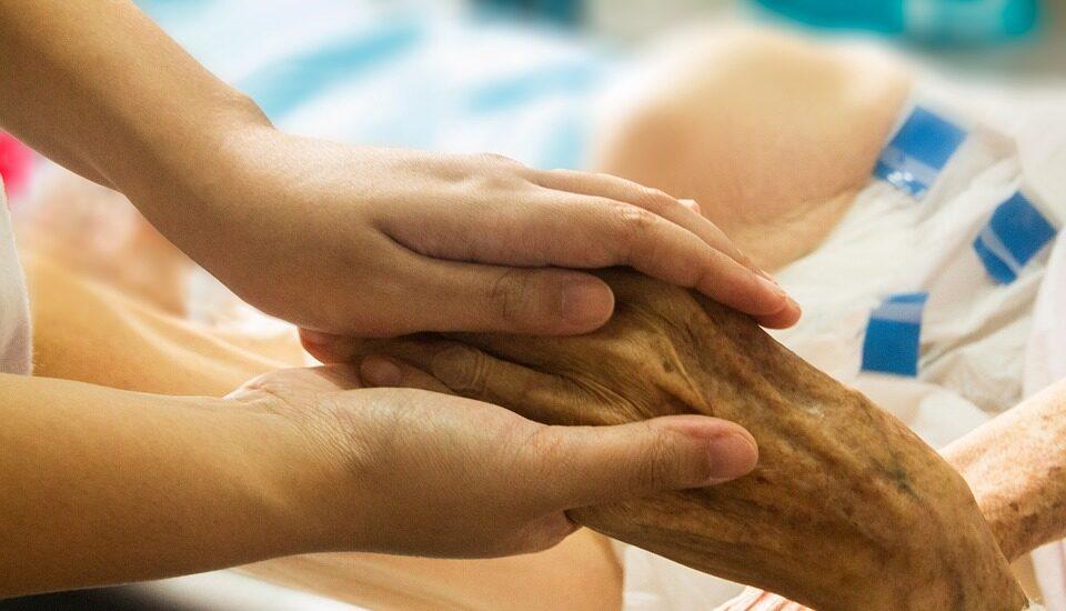 El 84% de la población cree que un enfermo incurable debería tener derecho a que los médicos le proporcionen algún producto para poner fin a su vida sin dolor.