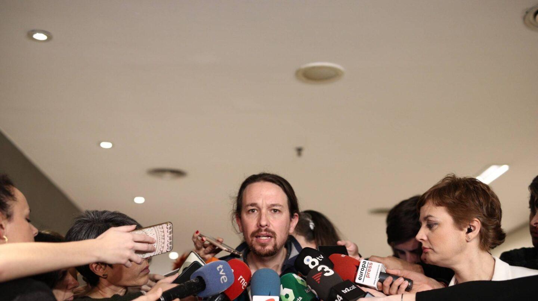El secretario general de Podemos, Pablo Iglesias, atiende a los medios de comunicación.