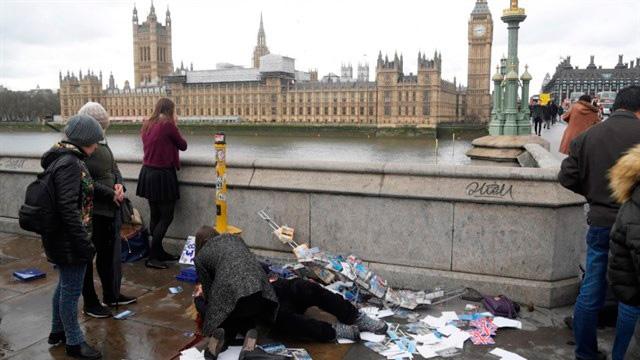 Una persona herida yace en el suelo al comienzo del puente de Westminster en el atentado de Londres.