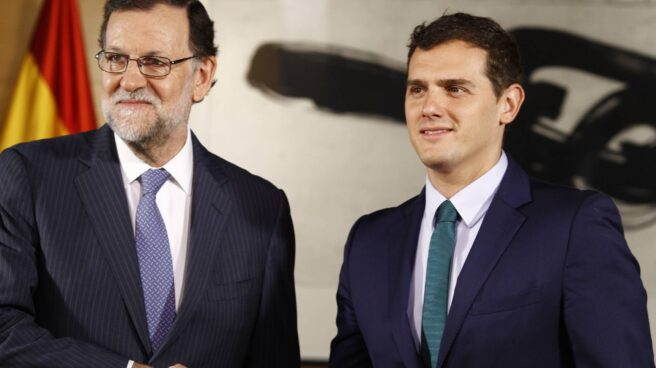 El presidente del Gobierno, Mariano Rajoy, estrecha la mano del líder de Ciudadanos, Albert Rivera.