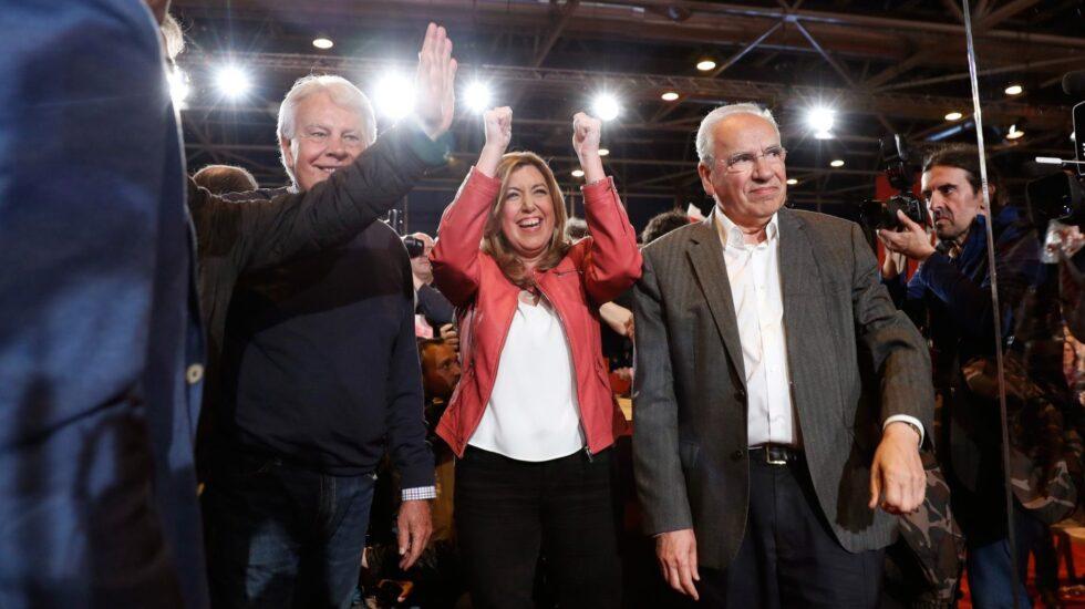Susana Díaz, junto a Felipe González y Alfonso Guerra, en la presentación de su candidatura.