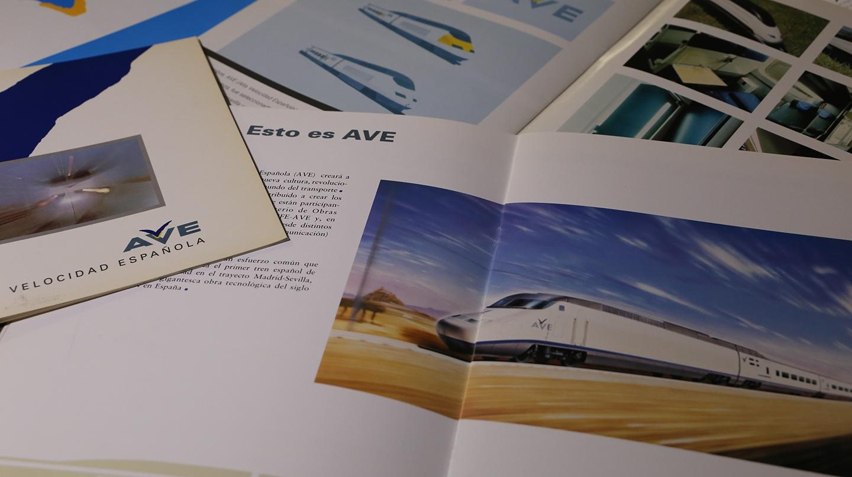 Una serie de folletos y guías promocionales de Renfe.