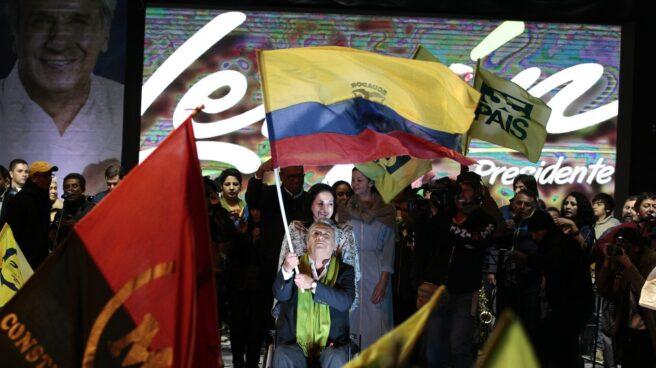 El candidato oficialista a la presidencia de Ecuador, Lenín Moreno, ondea una bandera ante sus seguidores, en la sede del Partido Alianza País en Quito (Ecuador).