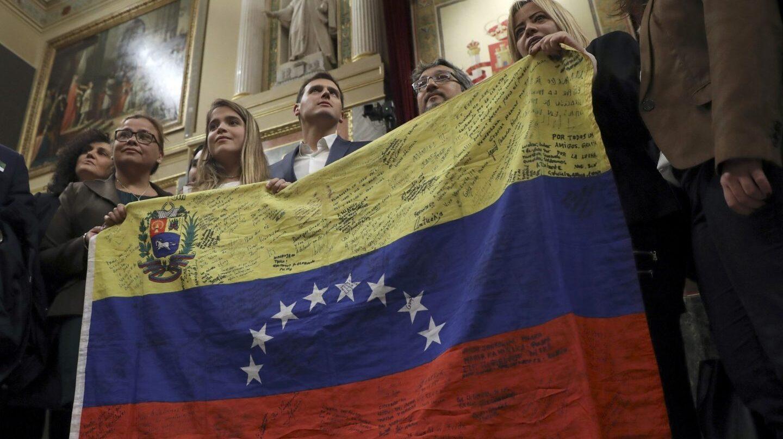 Albert Rivera recibe a opositores venezolanos en el Congreso.