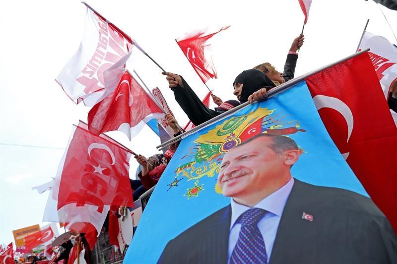 Seguidores del presidente Erdogan le aclaman en un mitin en Estambul.